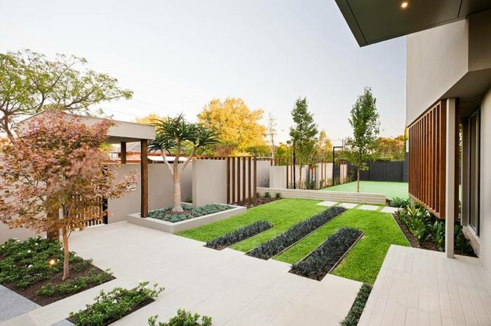 ein minimalistischer Garten neben einem Haus in minimalistischem Stil