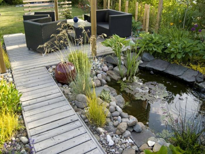 ein Teich voller Seerosen moderne Gartenmöbel ein Zaun aus Bambus, Kugel Dekoration