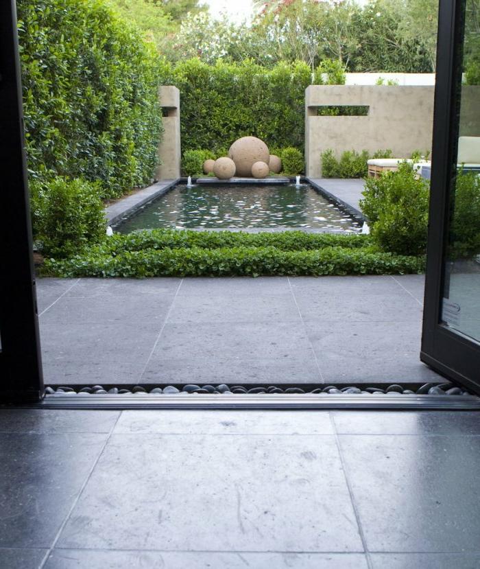 moderne Gartengestaltung ein Wasserspiel mit vier Springbrunnen in den Ecken