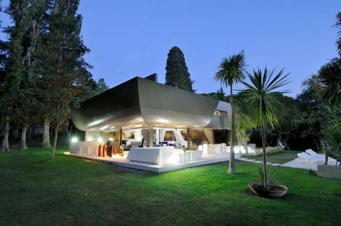 ein Gartenpavillon in minimalistischem Stil gut beleuchtet mit vielen Bäumen - moderne Gartengestaltung