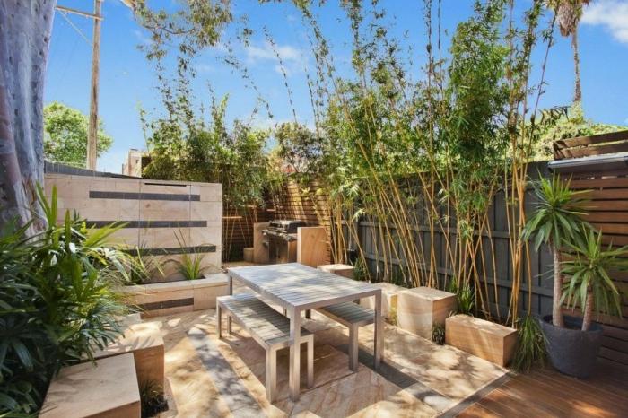 moderne Gartengestaltung mit Landhausstil Gartenmöbeln hohe Sichtschutz und hohe Pflanzen