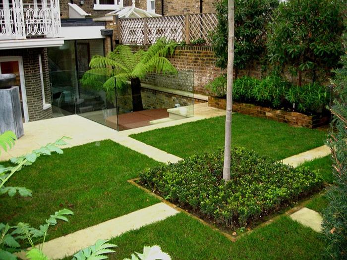 vier Grasflächen in geometrischer Form mit Baum in der Mitte - moderne Gartengestaltung
