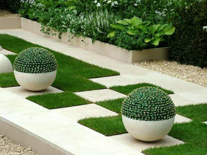 moderne Gartengestaltung - Kugel Blumentöpfe, Quadrate Flecken Gras