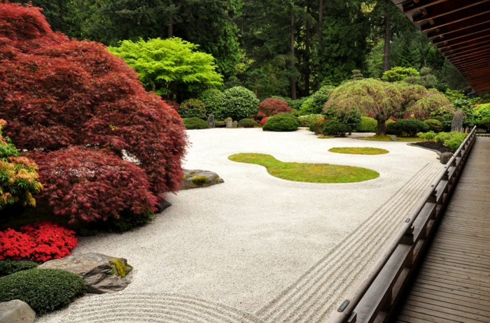 Sand als Bodenbelag und eine Menge Bonsai Bäume in verschiedenen Farben - moderne Gartengestaltung