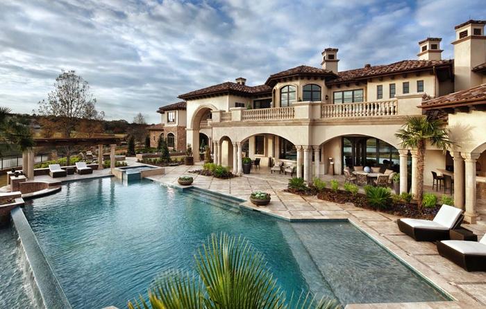 Luxuriöse Gartengestaltung, großes Schwimmbad sorgt für Erfrischung, Sommer genießen