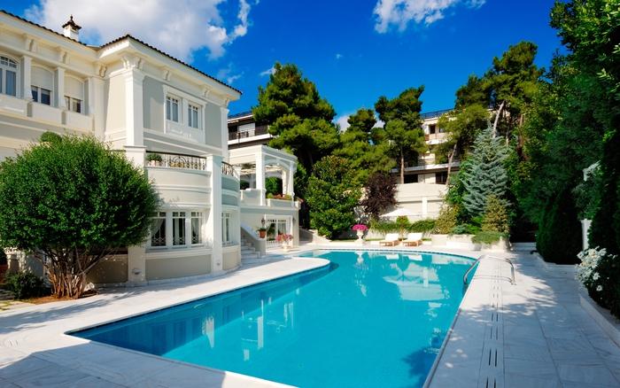 Garten mit Schwimmbad, moderne Gartengestaltung, sich im Pool abkühlen