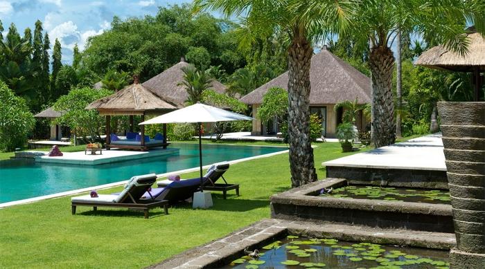 Luxuriöse Gartengestaltung, Garten mit Schwimmbad, Liegestühle neben dem Pool