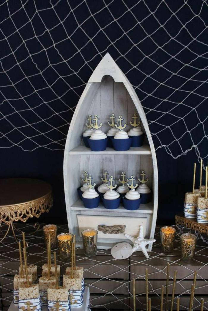 Maritim Einrichten Ideen zum Selbermachen, Party Dekoration, Segelboot Regal mit Cupcakes in blau und weiß, Seestern und Netz dekoration