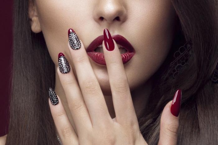 lange spitze gelnägel maniküre in roter farbe nageldesign mit steinen roter lippenstift date look abend