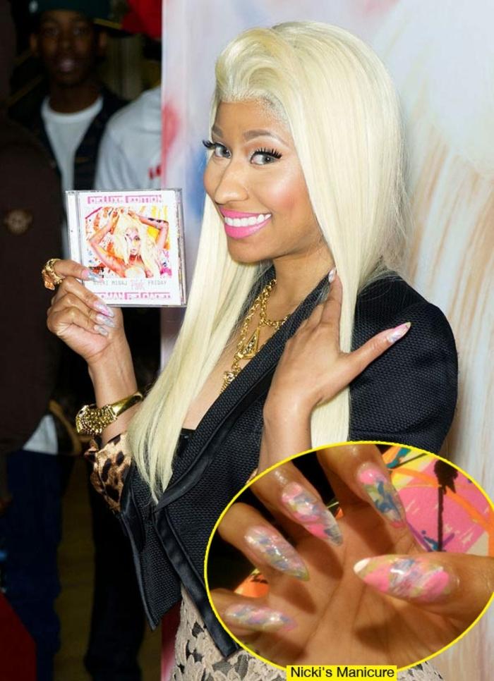 nicky minaj mit ihrem neuen album lange blonde haare spitze nägel hip hop sängerin rosa lippen