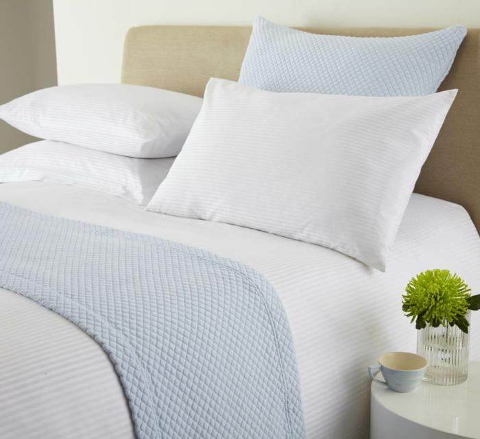 Schlafzimmer Bett Kissen helle Bettwäsche gemütlich schlafen weiche Matratze