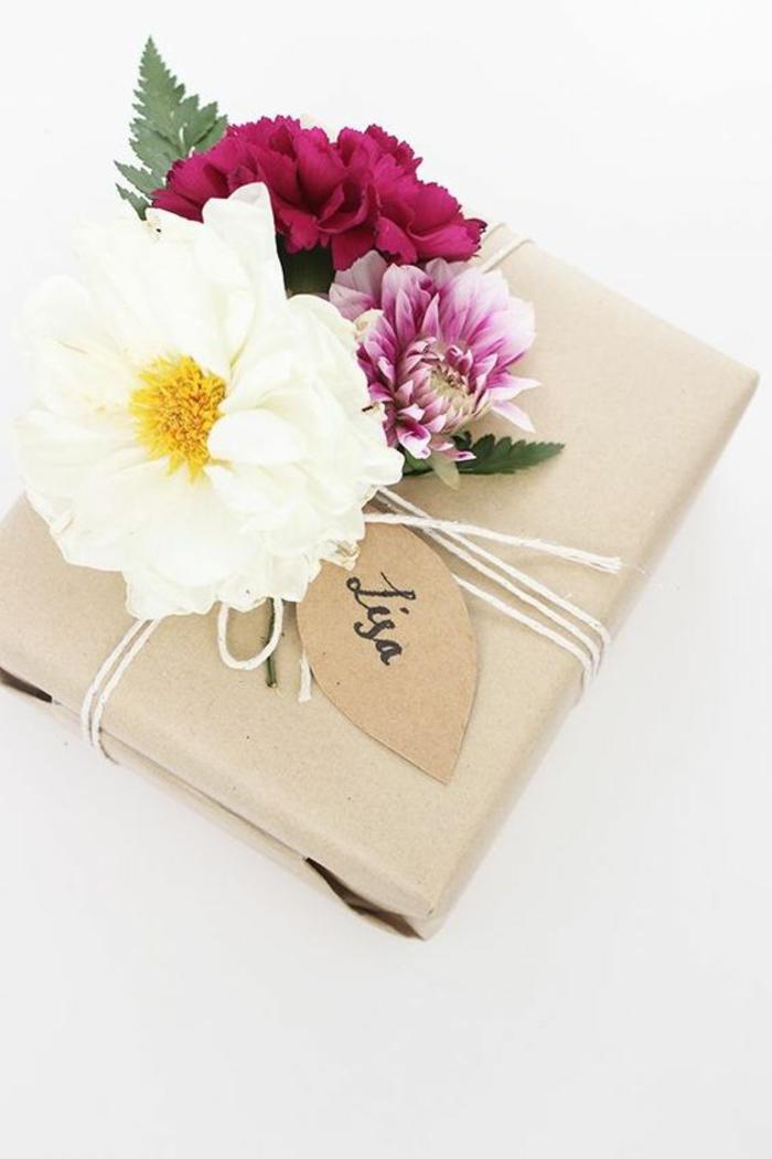 Geschenke schön verpacken - Blumen aus verschiedenen Arten als Dekoration