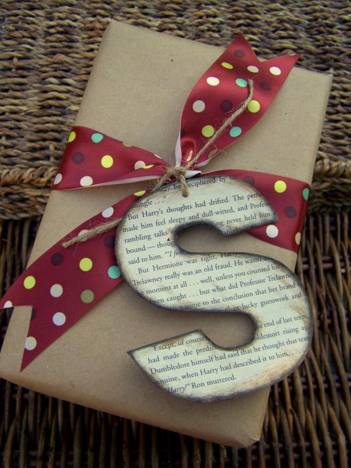 rotes Band mit Punkten und ein S von der Seite von Harry Potter - Geschenke schön verpacken