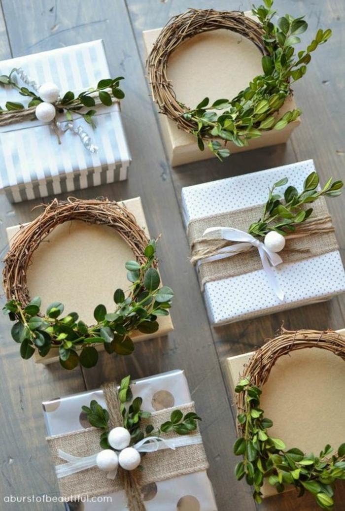 Kränze und Zweige auf dem Geschenk weiße Verpackungen mit Sackleinen - Geschenke schön verpacken