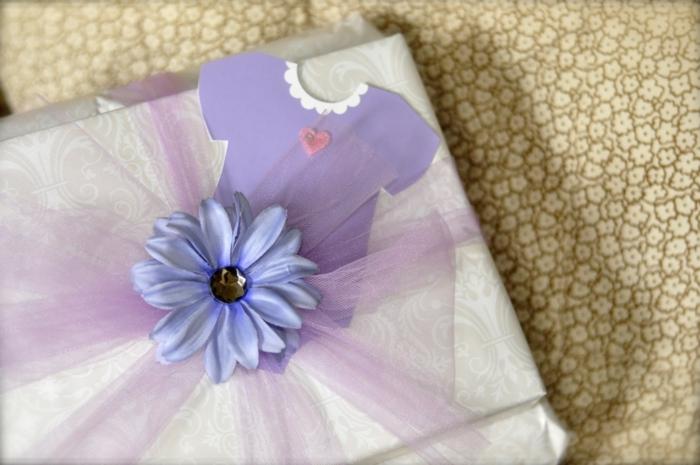 eine Babyparty für kleines Mädchen Geschenk in rosa und lila Farbe - Geschenke verpacken Ideen
