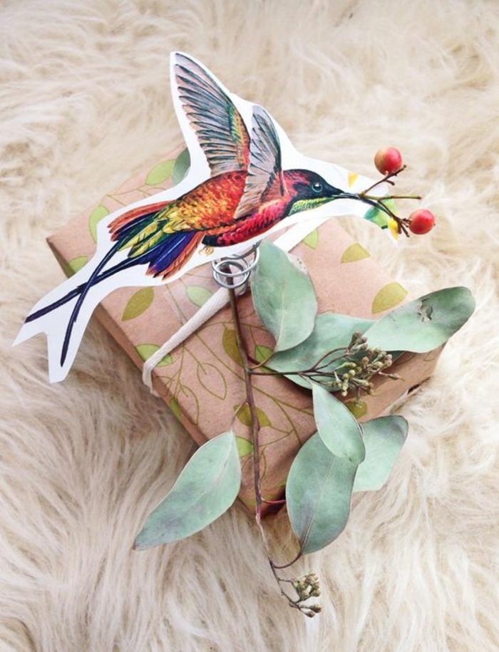 Ein ausgeschnittener Vogel, grüne Zweige und Muster von Blätter Geschenke verpacken Ideen