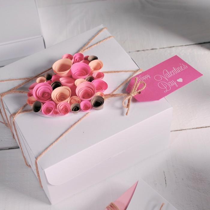 Geschenke verpacken Ideen - ein Herz aus Papier in verschiedene Nuancen von Rosa zum Valentinestag