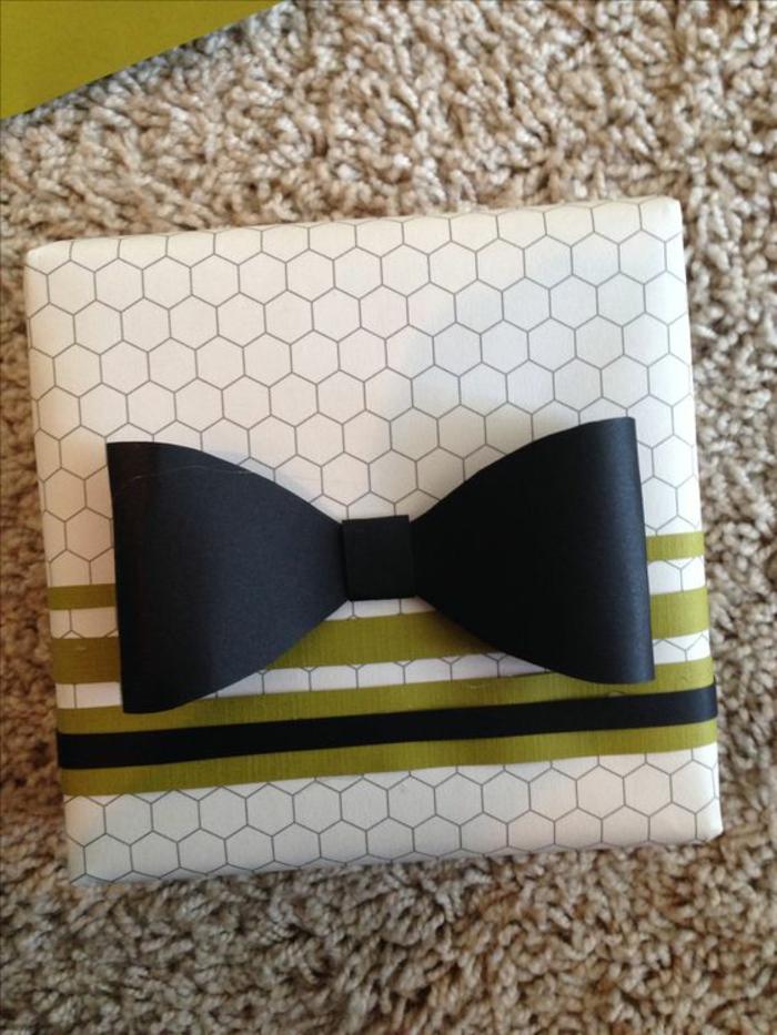 eine schwarzer Fliege - stilvolle Verpackung für einen Mann Geschenke Verpackung Ideen