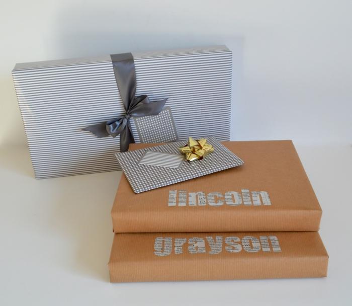 zwei Weise Geschenke zu verpacken - mit Papier in Streifen und Buchstaben aus Zeitung für den Namen