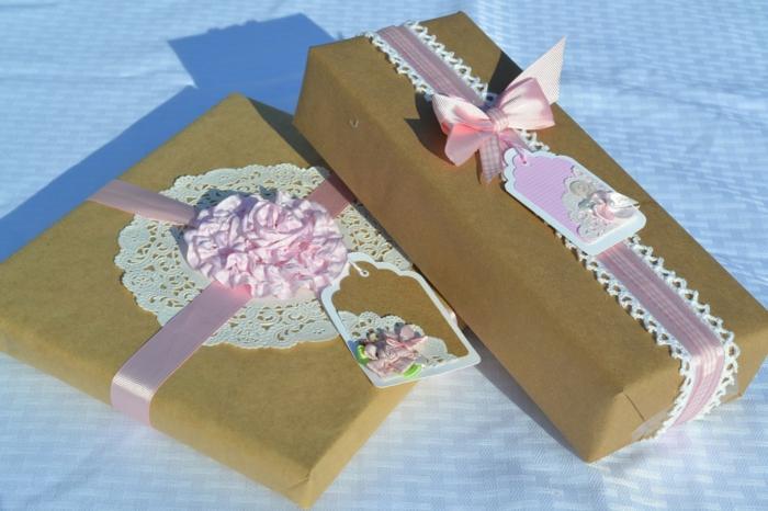 zwei Geschenke für die Hochzeit mit rosa Bänder und gehäkelte Spitze, niedliche kleine Karten Verpakungsideen