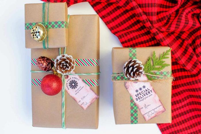 kleine Zapfen und Glocken und Kugel als Verzierung Verpackungsideen zum Weihnachten