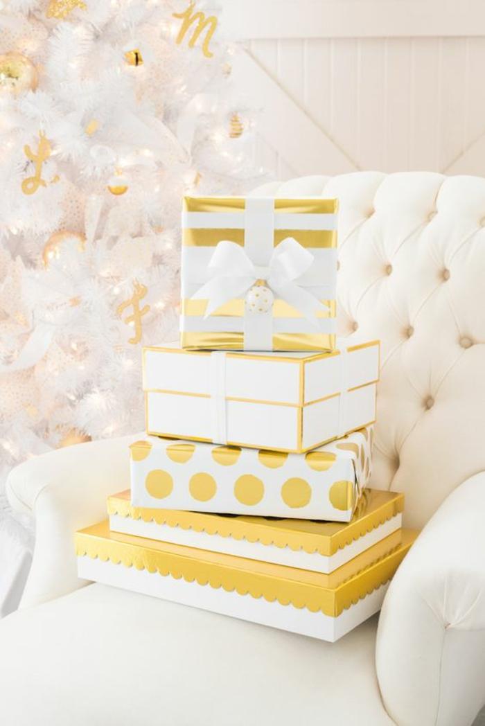 goldene Verpackungsideen für Präsents zu Weihnachten verschiedene Muster von Geschenkpapier