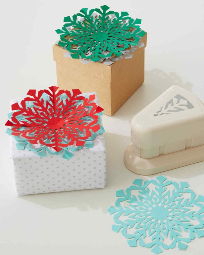 Verpackungsideen mit Schneeflocken in grüner, roter und blauer Farbe und das Werkzeug