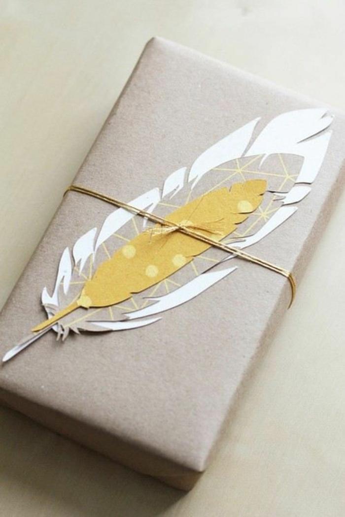 ein kunstvolles Geschenk mit Feder aus Papier in verschiedenen Farben - Geschenke verzieren