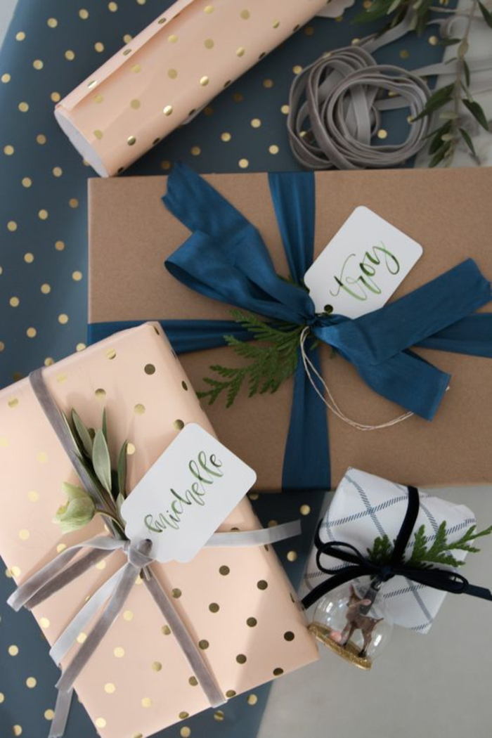 zwei Ideen für Weihnachtsgeschenke Verpackungen mit Strängen und Bänder - Geschenke verzieren