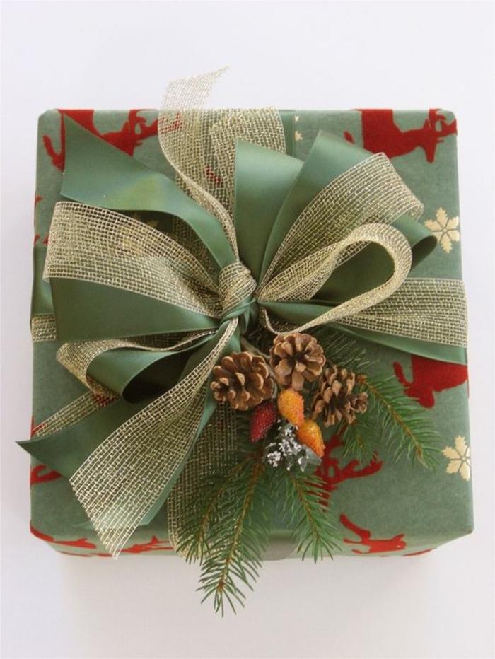 grünes Geschenkpapier und rote Rentiere Sackleinen und grünes Band kombiniert Geschenkverpackung basteln