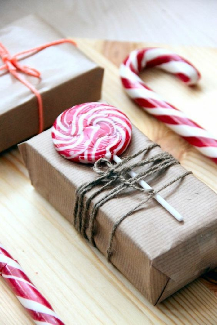 Süßigkeiten für die Kinder auf dem Geschenk mit Schnur befestigen - Geschenkverpackungen basteln