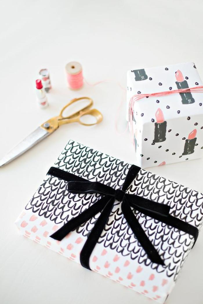 Geschenkverpackungen basteln - schwarzes Band mit bemalten Muster und ein anderes Geschenk mit Lippenstift Zeichnungen auf Geschenkpapier
