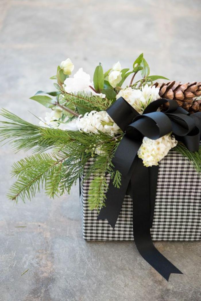 schwarze Bänder und weiße Blumen und Zapfen, karierte Geschenkpapier - Geschenkverpackungen basteln