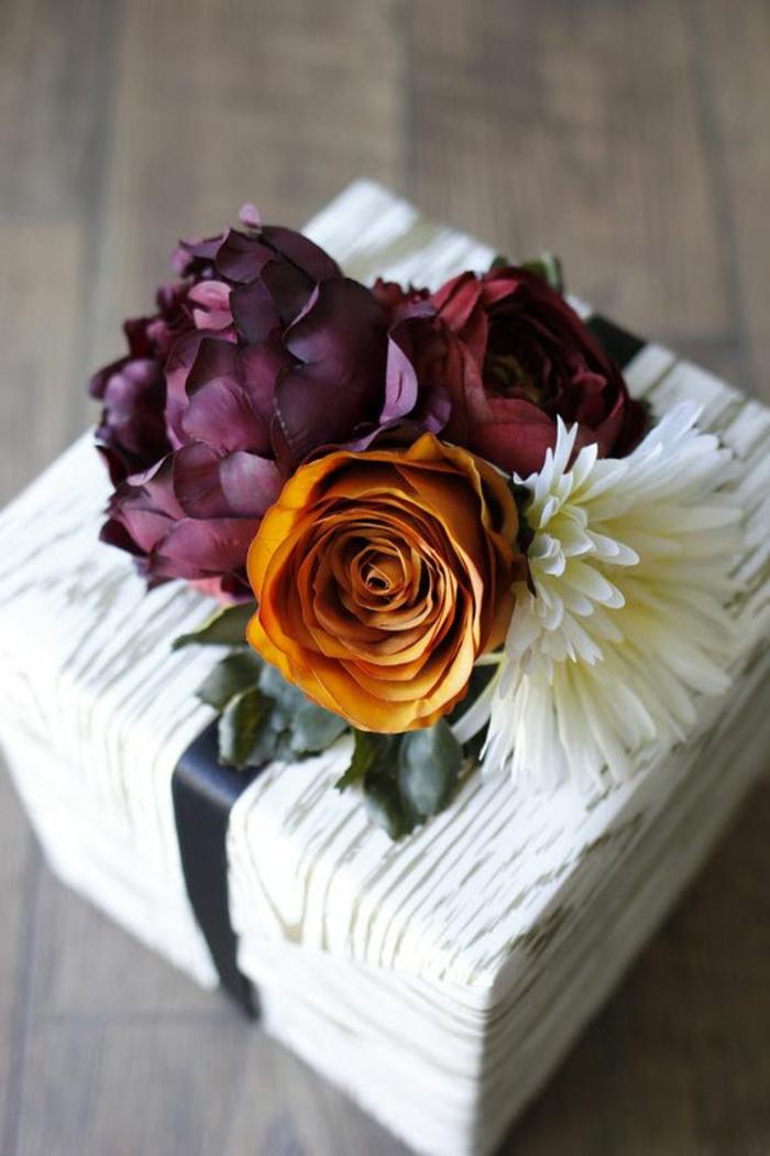 ein Blumenstrauß auf der Geschenkverpackung aus Rosen - Geschenkverpackungen basteln
