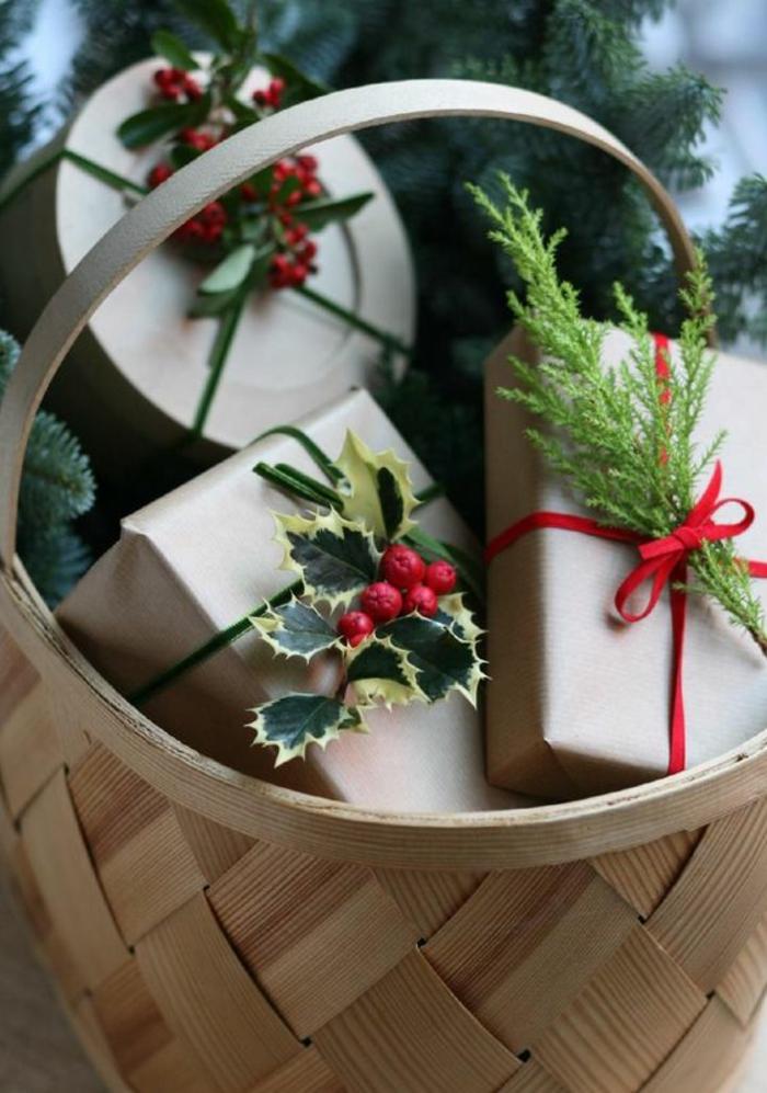 rote Früchte und grüne Zweige rote und grüne Bänder im Korb - Geschenke kreativ verpacken