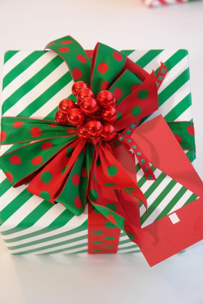 grüne Verpackung mit rotem Glocken und Band in grün und rot - Geschenke kreativ verpacken