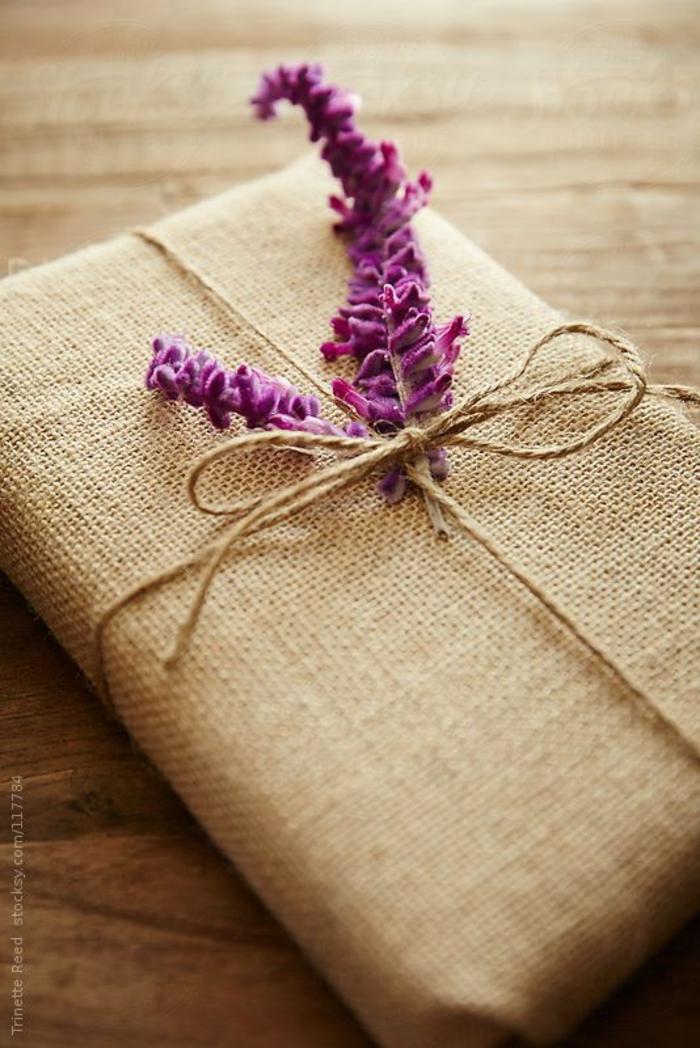 ein Lavendel Blume mit Schnur befestigt Sackleinen Verpackung rustikales Geschenk - Geschenke kreativ verpacken