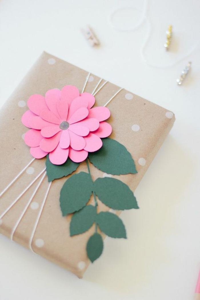 eine rosa Blume aus Papier mit grünen Blättern Motive auf weiße Punkte - Geschenke kreativ verpacken