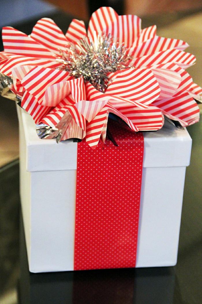 rotes Band auf Punkte und Kordelle auf Streifen, Girlande in der Mitte - Geschenke kreativ verpacken