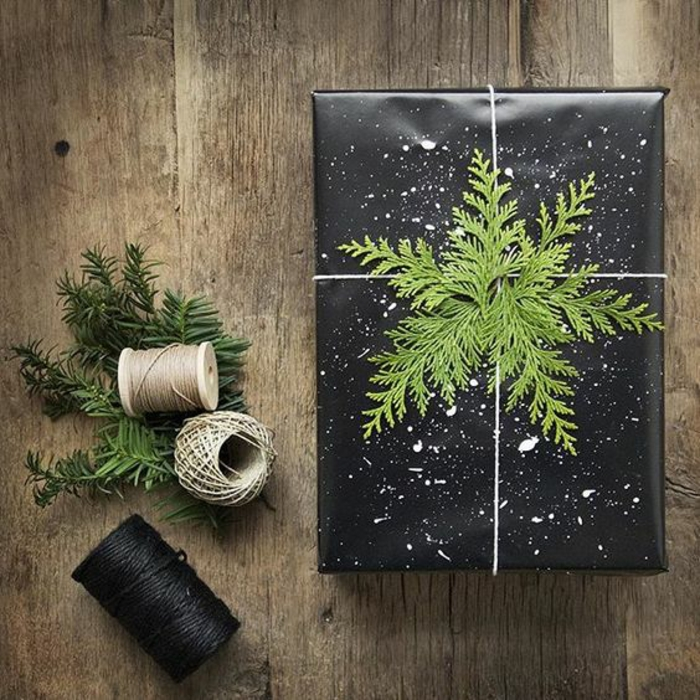 schwarze Verpackung mit weißen Flecken und Zweige wie Weihnachtsstern - Geschenke kreativ verpacken