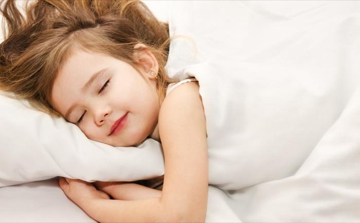 schlafendes kleines Kind, erholsamer und gesunder Schlaf im Massivholzbett