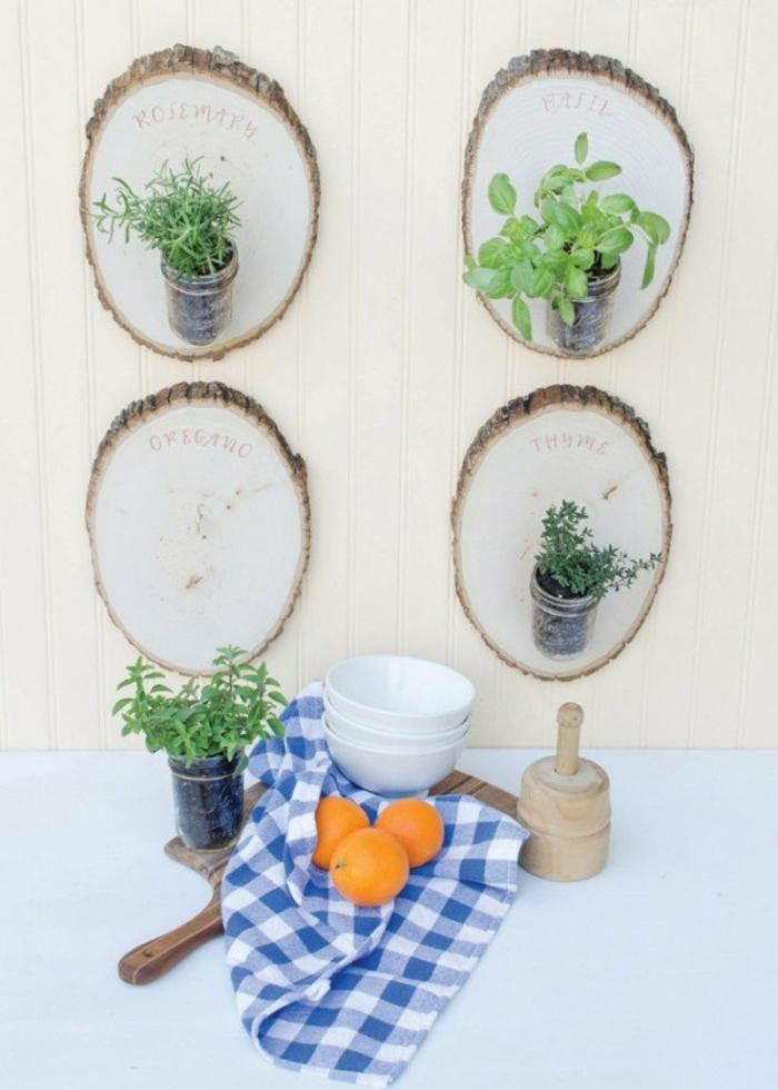 deko aus holz für den garten oder für die wohnung kräuter halter an der wand deko ideen orangen tischdecke