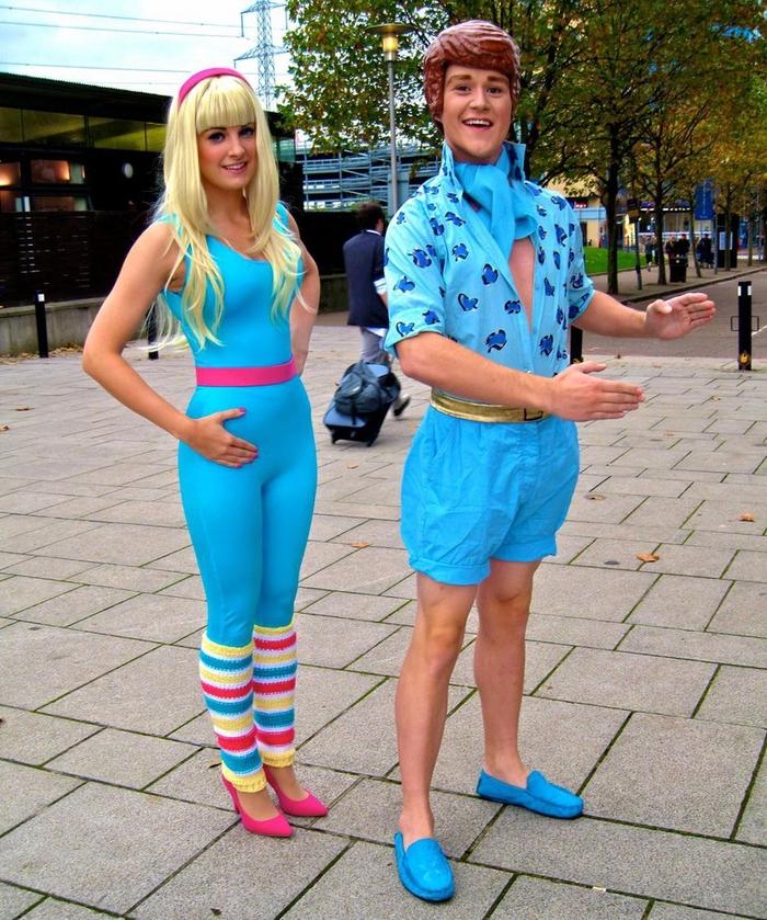 Barbie und Ken - die beliebten Kindheitshelden besonders bei dem Mädchen mit blauer Kleidung