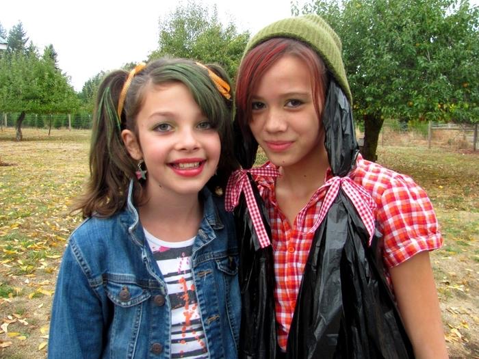 zwei Freundinnen mit DIY Kostüme aus berühmten Kinderbuch ganz niedliche Kindheitshelden