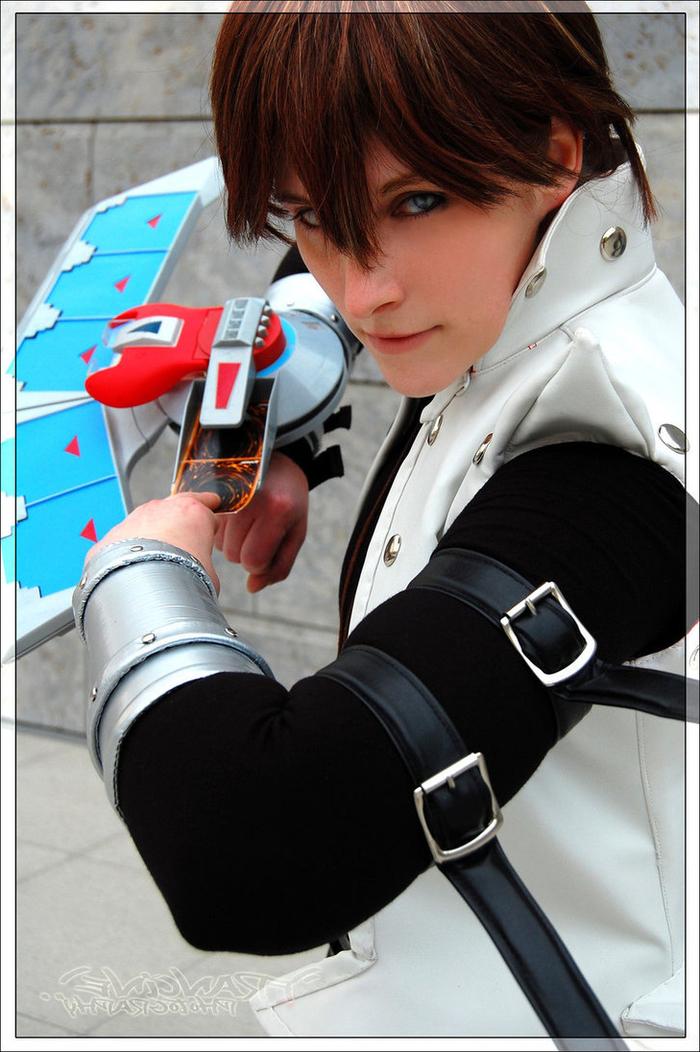 der Held aus Yu Gi Oh Kaiba mit dem Duel Disk und Karten weiße Kleidung - Kindheitshelden
