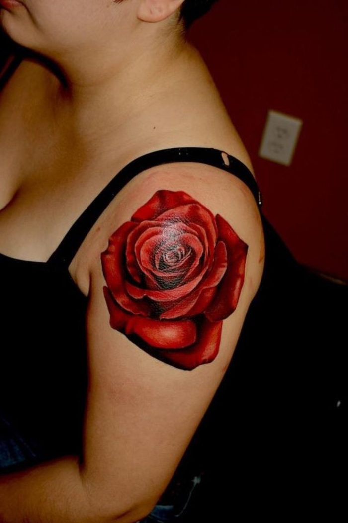 noch eine unserer ideen für einen schönen roten tattoo - einе blühende rose - idee für frauen