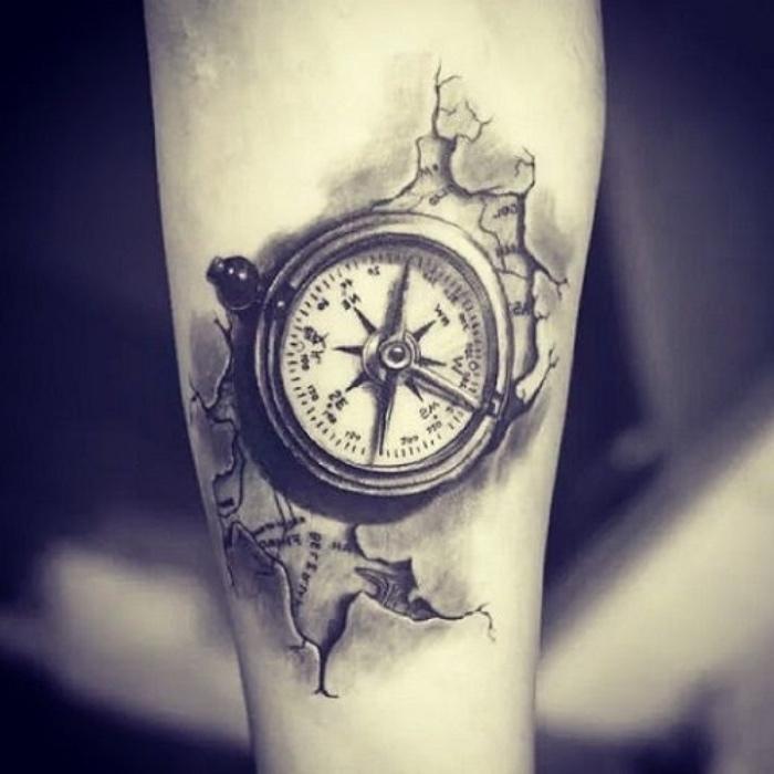 das ist eine idee für einen compass tattoo auf der hand - eine karte der welt und ein kleiner schwarzer kompass