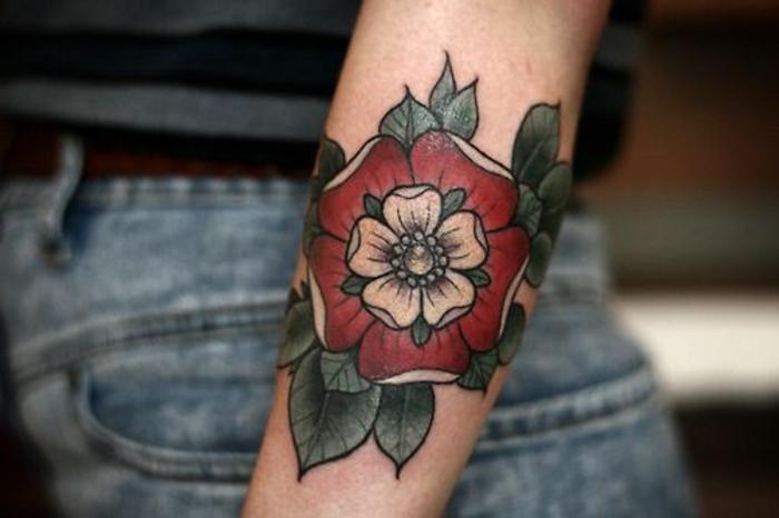 hier finden sie eine der ideen für eine rose tätowierung auf hand - rote rose