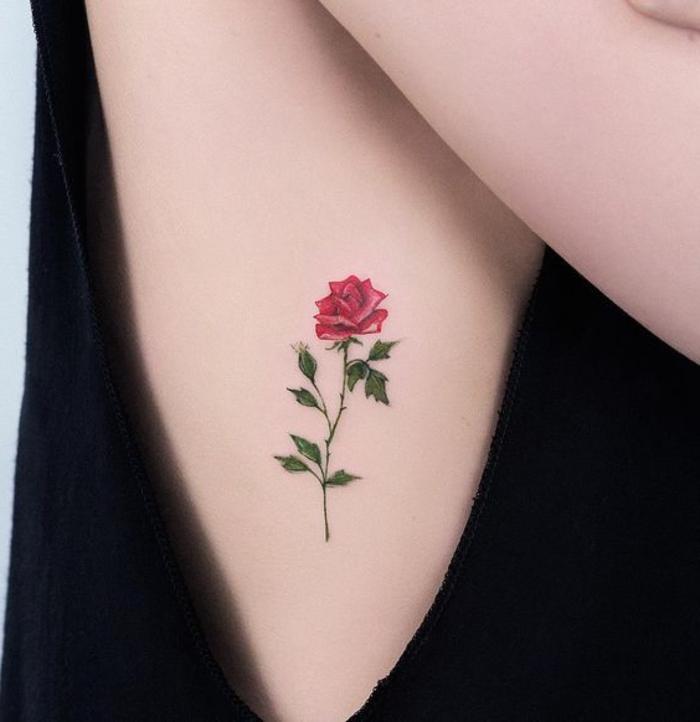 hier ist eine unserer ideen für einen tollen tattoo mit einer roten rose mit grünen blättern - idee für eine tätowierung für die damen - rosen tattoo vorlage