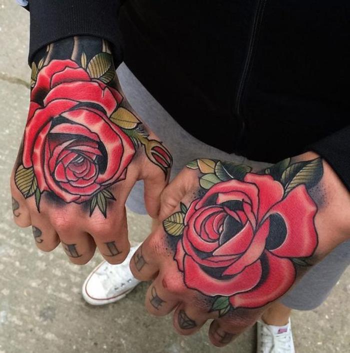 hier finden sie zwei hände mit roten rosen tätpwierungen und grüne blätter - idee für die männer